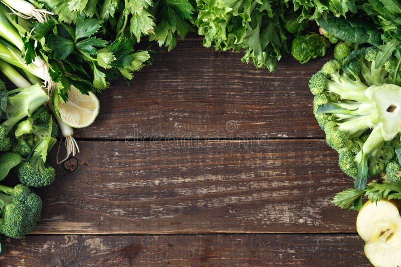 Le verdure sane del fondo degli ingredienti alimentari fruttificano vista superiore delle erbe fotografia stock libera da diritti