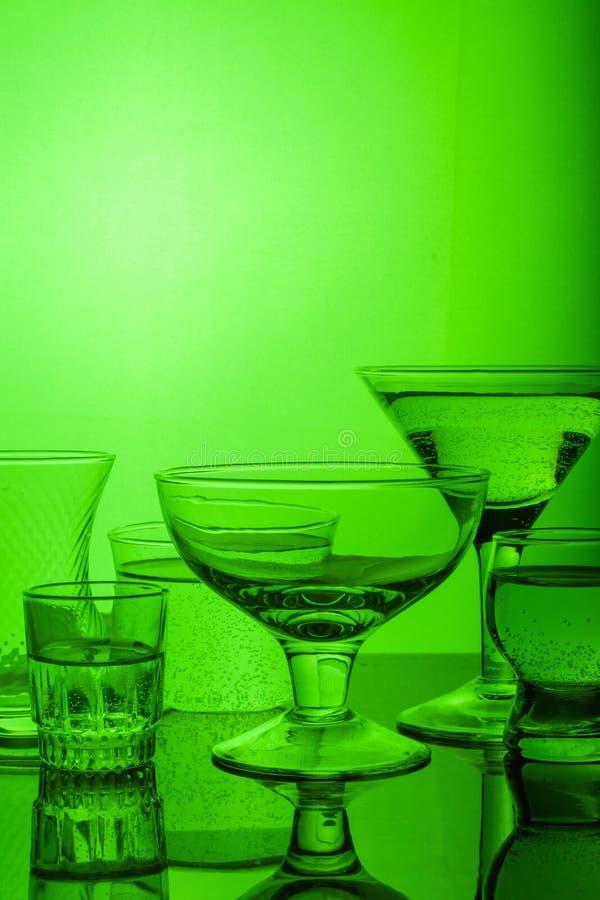 Le verre a brillé avec la lumière colorée sur un fond clair image stock