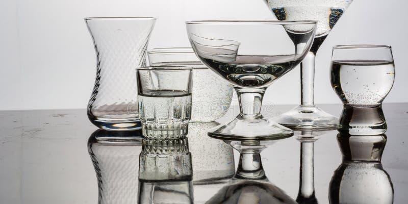 Le verre a brillé avec la lumière colorée sur un fond clair photo libre de droits