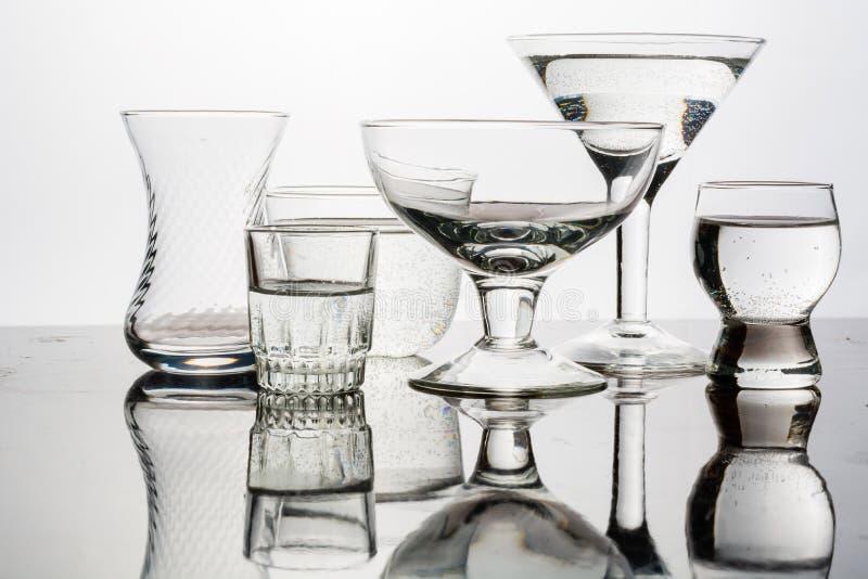 Le verre a brillé avec la lumière colorée sur un fond clair photographie stock