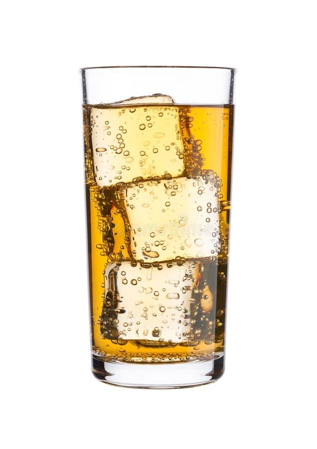 Le verre d'énergie a carbonaté la boisson de soude avec de la glace photo stock