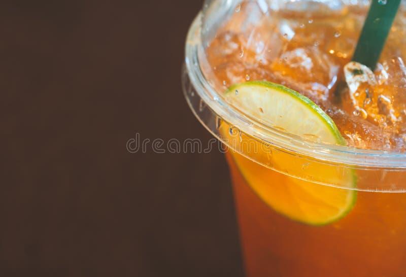 Le verre d'image brouillée du citron a glacé le thé Fermez-vous sur le citron images stock