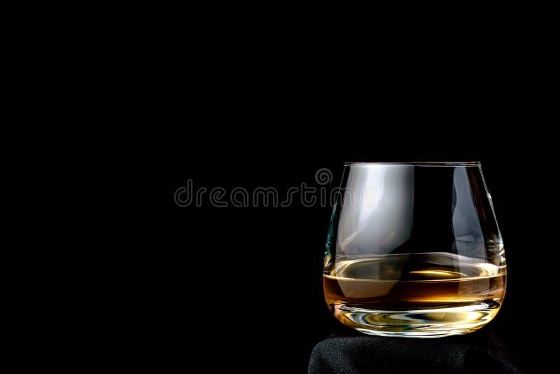 Le verre de cognac ou d'eau-de-vie fine photos stock