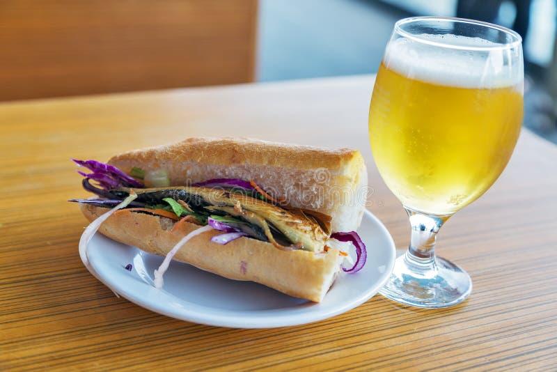 Le verre de l'hamburger figé de bière avec les poissons frits serrent la nourriture de rue images libres de droits