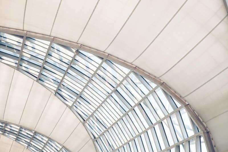 Le verre de toit de moden les bâtiments, vues du glaçage structurel Architecture, plafond ou toit moderne abstrait Bureau génériq images stock