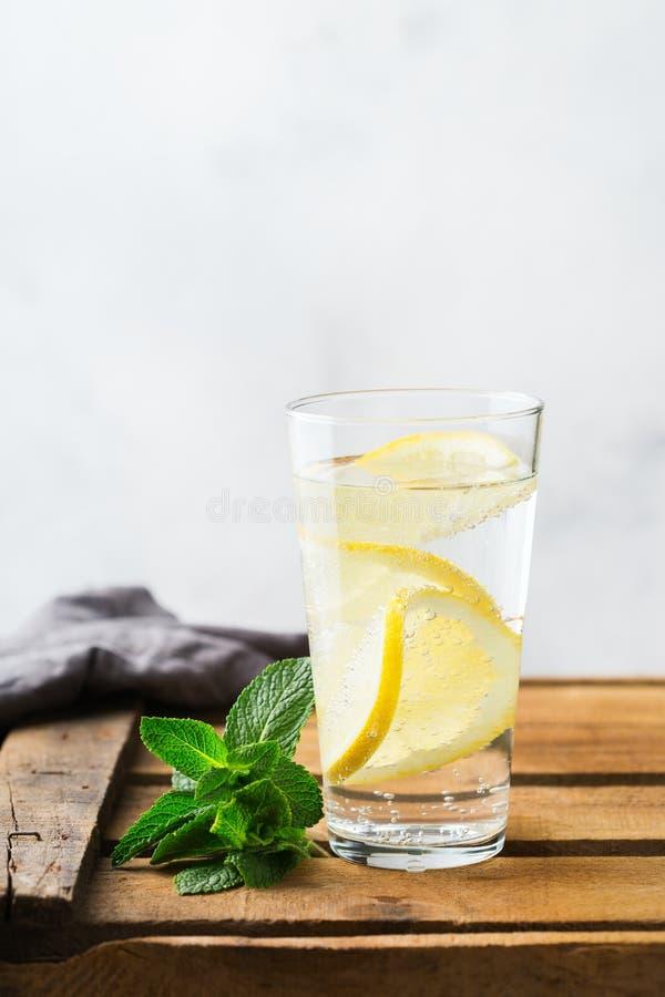 Le verre du citron frais frais a infusé la boisson de detox de l'eau photographie stock