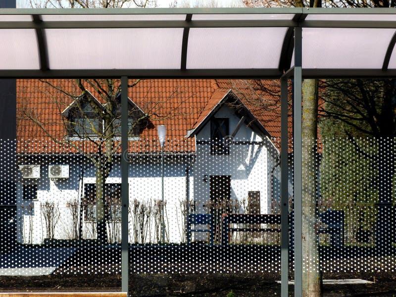 Le verre et l'aluminium ont structuré le détail de toit d'aubette image libre de droits