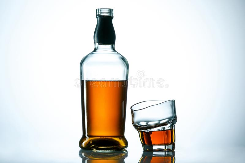 Le verre incurvé de la boisson de whiskey ou d'alcool photos libres de droits