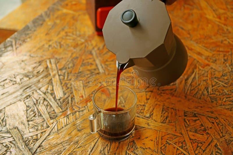 Le versement fraîchement a préparé le café d'expresso du pot de Moka images stock