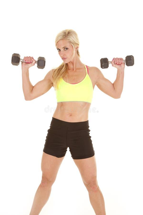 Le vert de femme de forme physique folâtre des poids de soutien-gorge vers le haut photo libre de droits