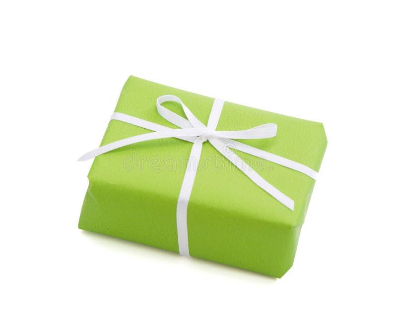 Le vert a isolé le giftbox attaché avec le ruban blanc photos libres de droits