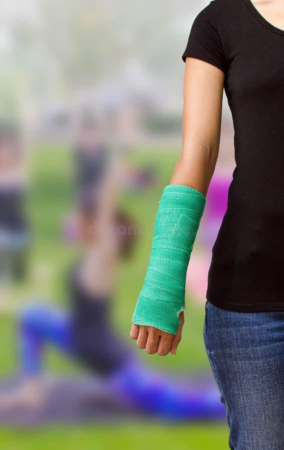 Le vert a moulé en main et arme sur la forme physique brouillée g de femme de fond images libres de droits