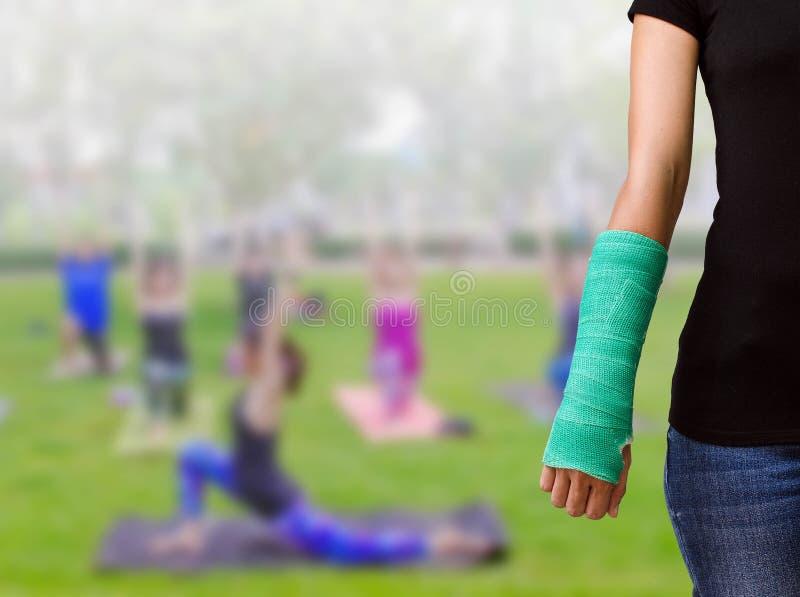 Le vert a moulé en main et arme sur la forme physique brouillée g de femme de fond image libre de droits