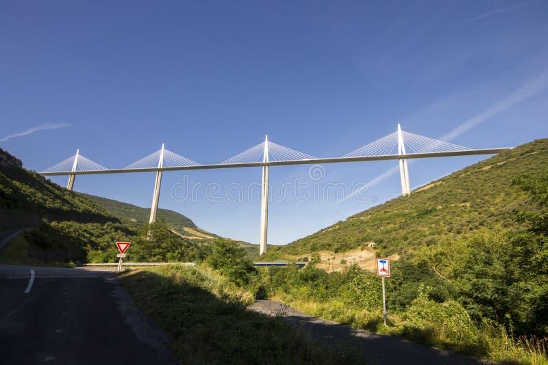 Le viaduc de Millau, un pont câble-resté qui enjambe la vallée de la rivière le Tarn près de Millau dans des Frances du sud C'est images libres de droits