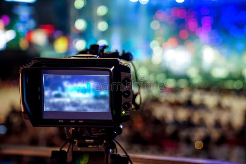 Le videographer de silhouette avait été enregistré au concert brouillé et de bokeh de compte à rebours , Bangkok, Tha?lande photo libre de droits