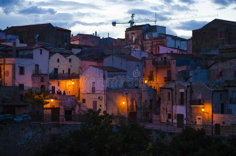 Le vie medievali della bella città di colori vecchia nella sera immagini stock libere da diritti