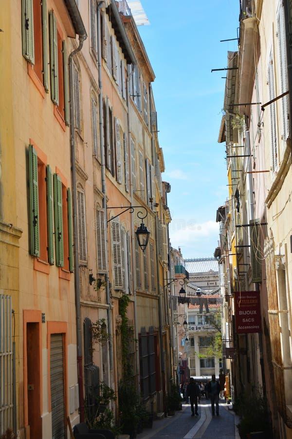 Le vie pittoresche e variopinte di vecchia città di Marsiglia, Francia fotografia stock libera da diritti