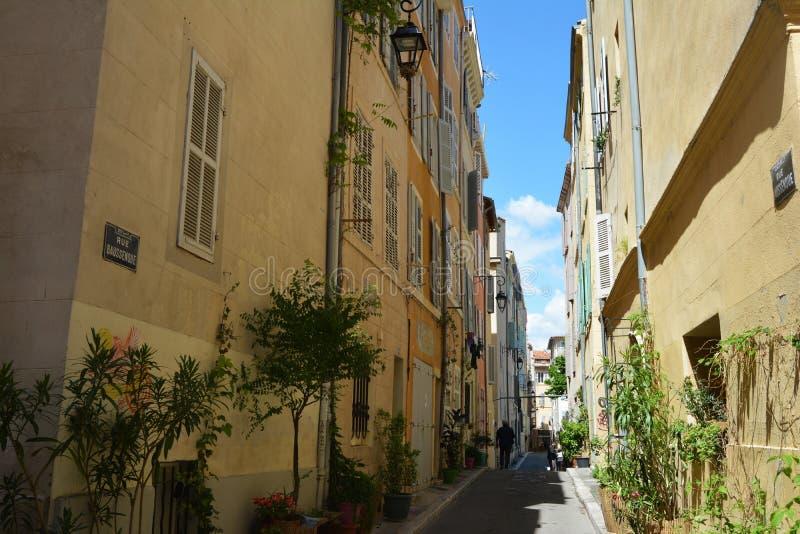 Le vie pittoresche e variopinte di vecchia citt? di Marsiglia, di estate france fotografia stock libera da diritti