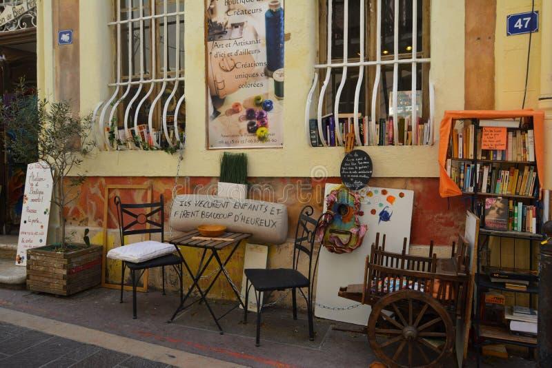 Le vie pittoresche e variopinte di vecchia citt? di Marsiglia, di estate france immagine stock