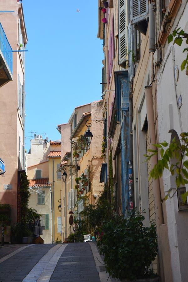 Le vie pittoresche e variopinte di vecchia citt? di Marsiglia, Francia fotografie stock