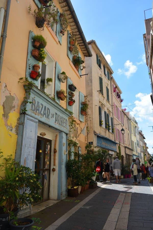 Le vie pittoresche e variopinte di vecchia citt? di Marsiglia, Francia fotografia stock libera da diritti