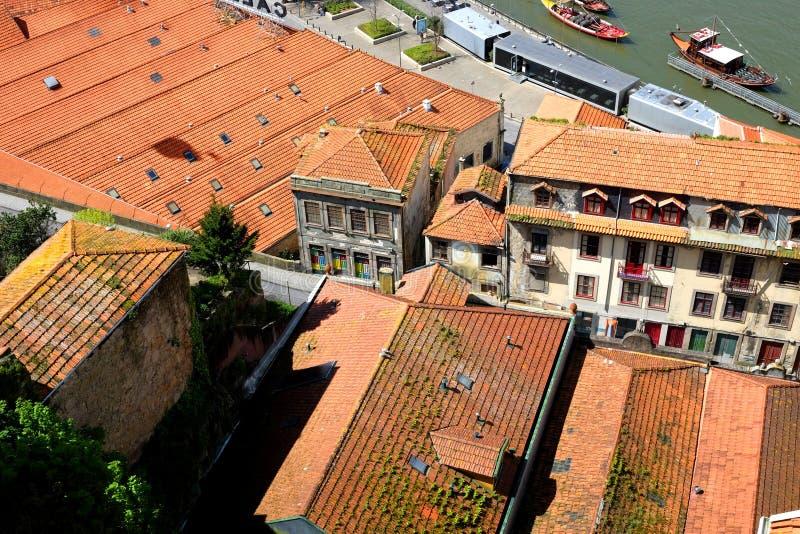 Le vieil argile a couvert de tuiles des toits de Porto, Portugal images libres de droits