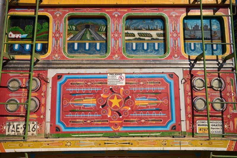 Le vieil autobus peint coloré a appelé Chiva en Colombie photographie stock libre de droits