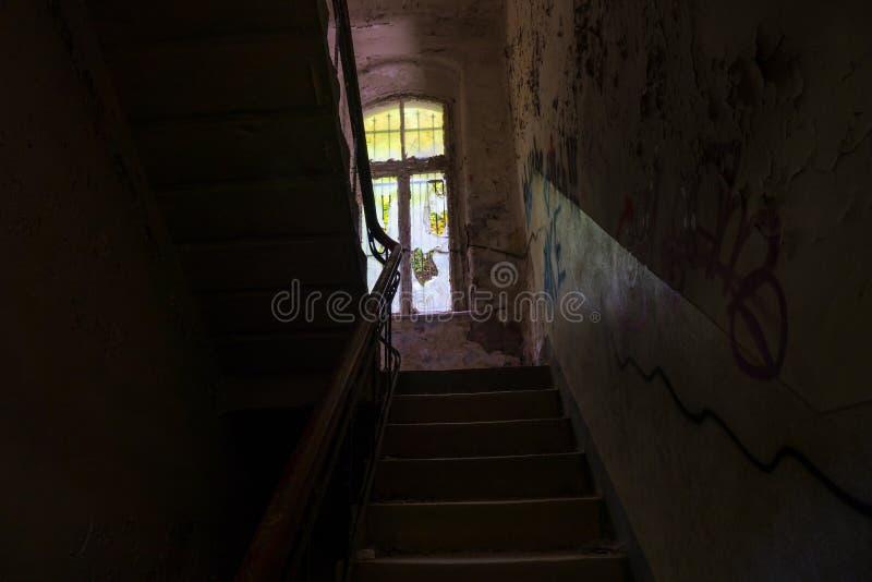 Le vieil escalier dans le bâtiment ruiné abandonné, endroits perdus photos stock