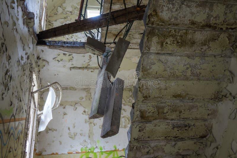 Le vieil escalier dans le bâtiment ruiné abandonné, endroits perdus photos libres de droits