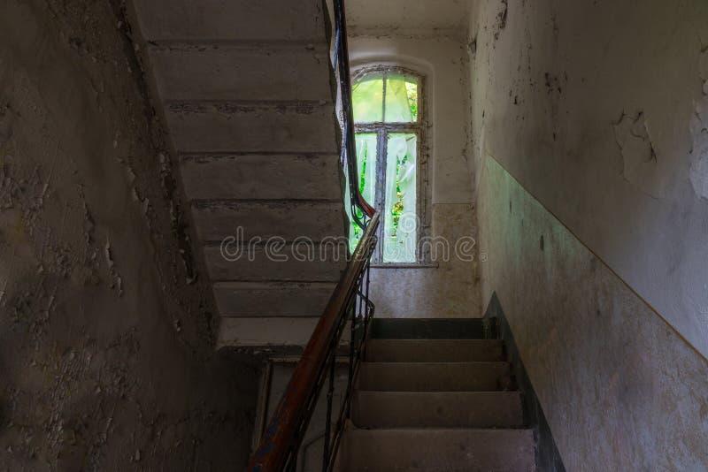 Le vieil escalier dans le bâtiment ruiné abandonné, endroits perdus photographie stock