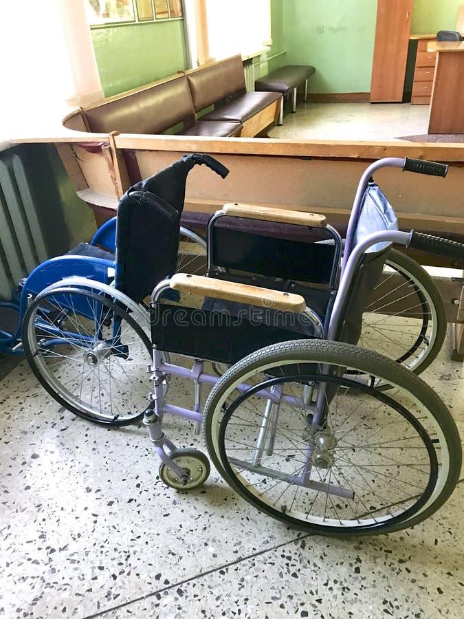 Le vieil hôpital de l'intérieur Fauteuil roulant handicapé pour le transport des patients de marche image libre de droits