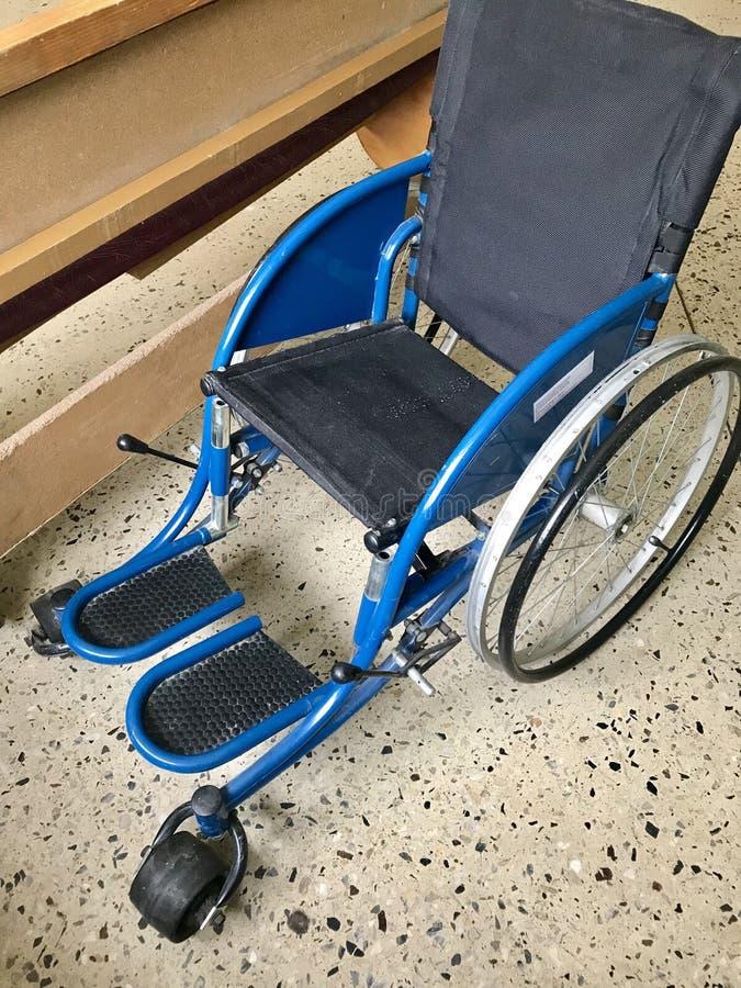 Le vieil hôpital de l'intérieur Fauteuil roulant handicapé pour le transport des patients de marche Sur des roues il n'y a aucun  photo stock