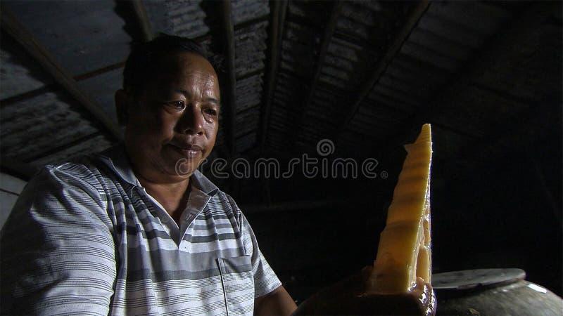 Le vieil homme chinois fait les pousses de bambou aigres pour préserver yunnan La Chine images libres de droits