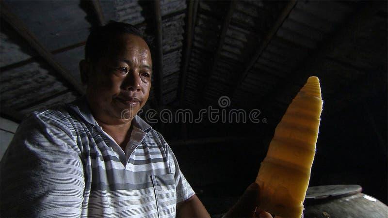 Le vieil homme chinois fait les pousses de bambou aigres pour préserver yunnan La Chine image stock