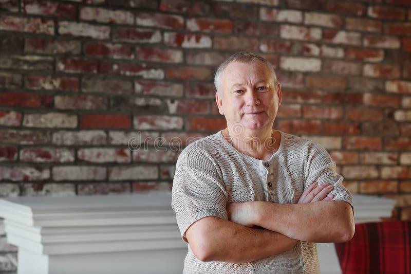 Le vieil homme dans sa maison photo libre de droits