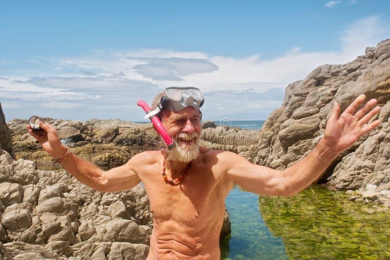 Le vieil homme de sourire parle après avoir navigué au schnorchel photos stock