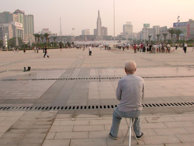 Le vieil homme est dans la place images libres de droits