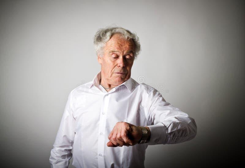 Le vieil homme est en retard blanc au moment de l'exécution d'isolement par concept de fond images libres de droits
