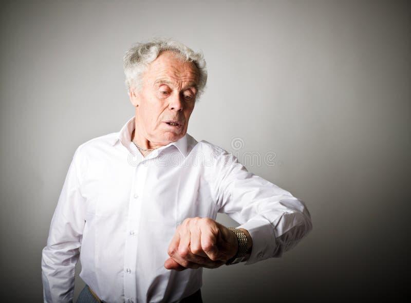 Le vieil homme est en retard blanc au moment de l'exécution d'isolement par concept de fond image stock