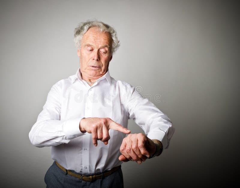 Le vieil homme est en retard blanc au moment de l'exécution d'isolement par concept de fond photographie stock libre de droits