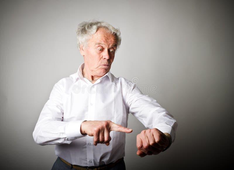 Le vieil homme est en retard blanc au moment de l'exécution d'isolement par concept de fond images stock