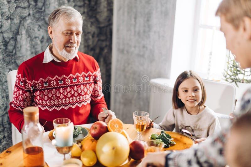 Le vieil homme est heureux comme il a recueilli tous ses fils et filles ensemble photos libres de droits