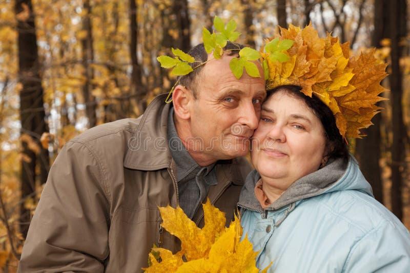 Le vieil homme et la dame âgée avec la guirlande de l'érable part photo libre de droits