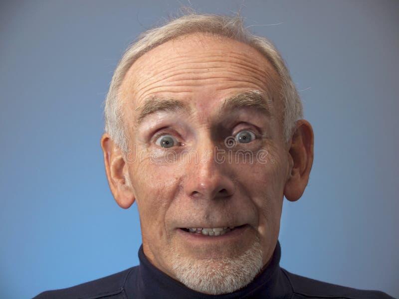 Le vieil homme observe grand ouvert dans la surprise photo stock