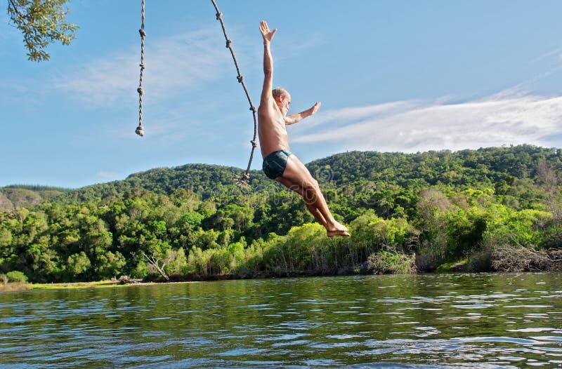 Le vieil homme plonge dans le lac photographie stock libre de droits