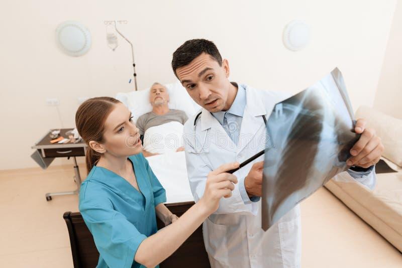 Mâle infirmière datant médecin