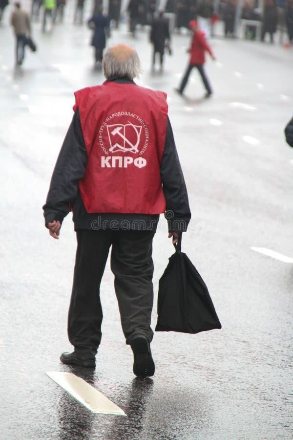 Le vieil homme seul le retraité avec un sac dans des mains, dans le jour du cortège des communistes photos stock