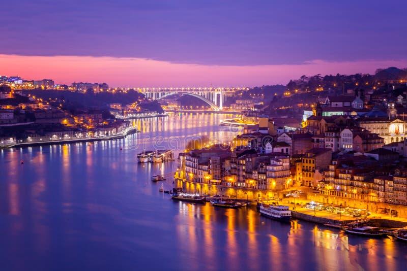 Le vieil horizon de ville de Porto, Portugal de l'autre côté de la rivière de Douro, soit photos libres de droits
