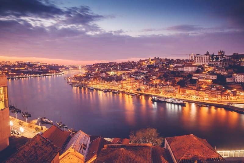 Le vieil horizon de ville de Porto, Portugal de l'autre côté de la rivière de Douro, soit images stock