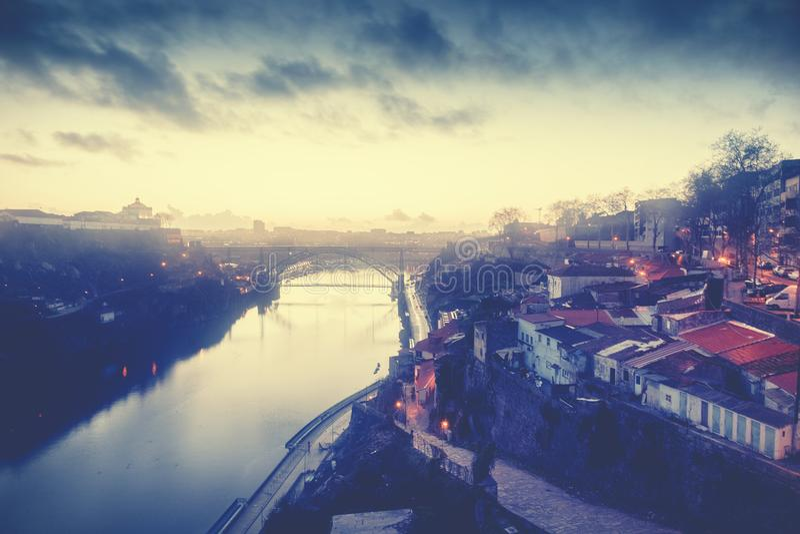 Le vieil horizon de ville de Porto, Portugal de l'autre côté de la rivière de Douro, soit photographie stock libre de droits